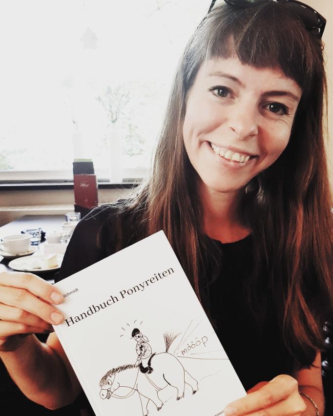 """Nora Schmidt und das """"Handbuch Ponyreiten"""""""